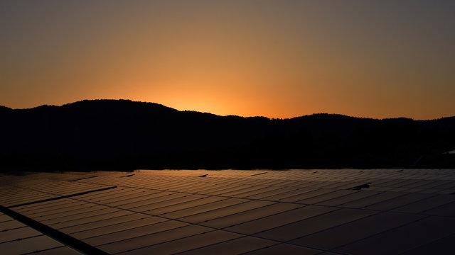 山とソーラー発電と夕焼け