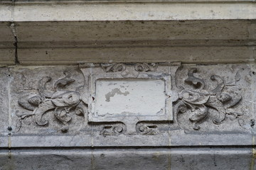 cartouche vide en plâtre sur façade