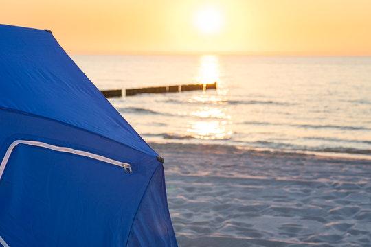 Den Sonnenuntergang an der Ostsee beobachten