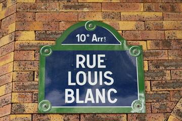 Rue Louis Blanc, Panneau sur façade en briques