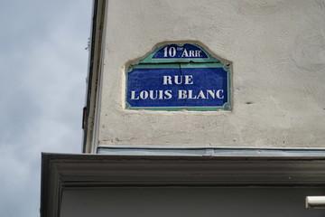 Rue Louis Blanc. Panneau de nom de rue.