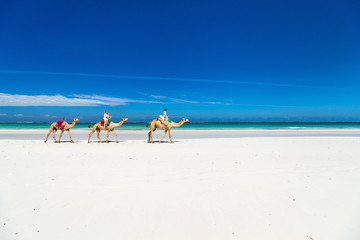 Fototapete - Mother and kids at tropical beach