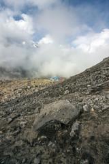 Himalaya Basecamp Berggipfel und Schluchten in Wolken