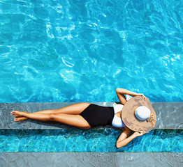 Photo sur Plexiglas Artiste KB Sexy lady relaxing by the swimming - pool