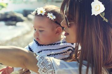 Jeune mère et son bébé à la plage