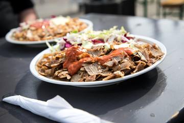 Mann bei gemeinsamer Mittagspause mit Döner Kebab Teller