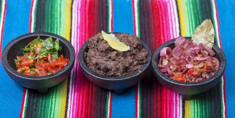 mexikanische Salsas auf einer bunten Tischdecke