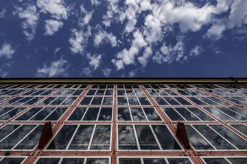Gebäude mit Glasfassade mit blauem Himmel abstrakt