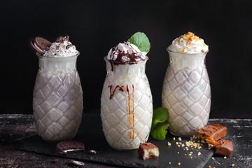 молочный коктейли со взбитыми сливками и сладостями