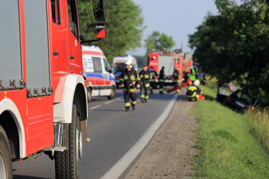 Wypadek drogowy, samochód w rowie, straż, pogotowie.