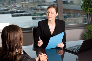 Immobilienmakler im Gespräch mit Kunden