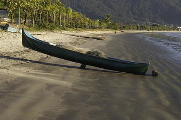 CANOA SOBRE ROLETE DE MADEIRA