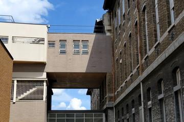 Passerele couverte entre deux immeubles