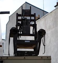 Vieille chaise électrique à contre-jour.