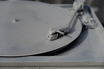 Vieux tourne-disque blanc