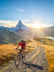 Foto op Textielframe Fietsen Radfahren in der Schweiz bei Zermatt mit Matterhorn und Stellisee im Hintergrund