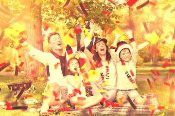 Familie im Park fiebert mit Fussballfans