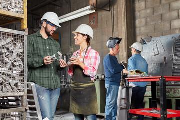 Arbeiter und Lehrling in Werkstatt