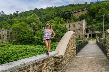 Fillette sur le pont de Moulin sur Cance