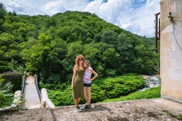 Femme et fillette sur le pont de Moulin sur Cance
