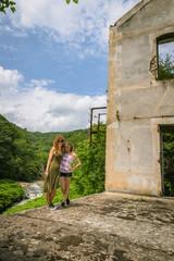 Femme et fillette dans les ruines près du pont de Moulin sur Cance