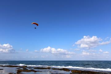 полет на крыле над Средиземным морем в Израиле