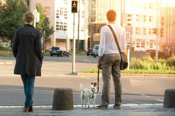Paar mit Hund in der Stadt