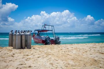 tanques y lancha para buceo en la playa Fototapete
