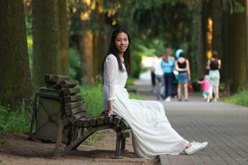 Красивые картинки одинокая женщина в парке на скамейке 12