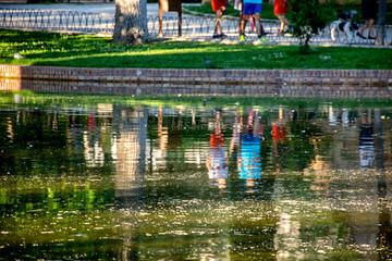 Reflejo gente lago en el retiro