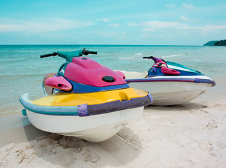 Colorful jet skis at the beach - Bunte Jet-Skis am Strand