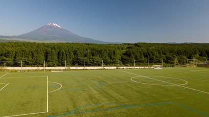 [空撮写真]富士山の見えるサッカー場