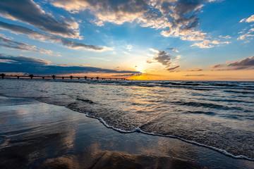piękny zachód słońca z widokiem na molo w Międzyzdrojach, Polska