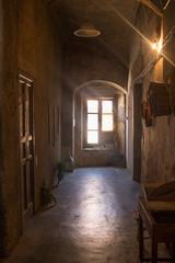 Casa antica in borgo medioevale con cesti di vimini ed utensili appesi