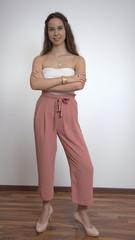 Junge hübsche Frau beim Posing