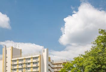 青空と雲と集合住宅
