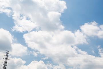青空と雲と送電線