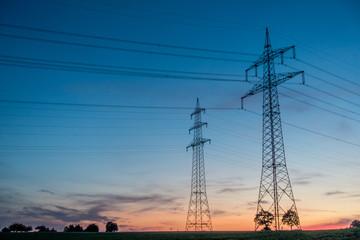Strommasten nach Sonnenuntergang