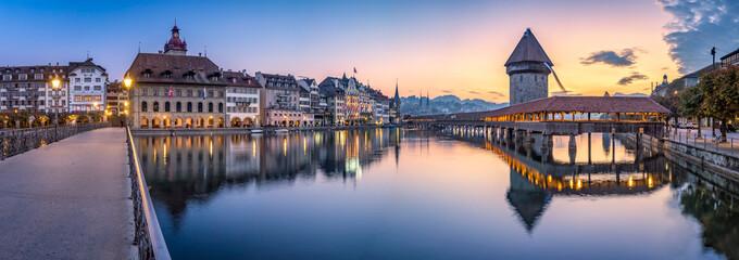 Altstadt von Luzern mit Kapellbrücke und Wasserturm, Schweiz