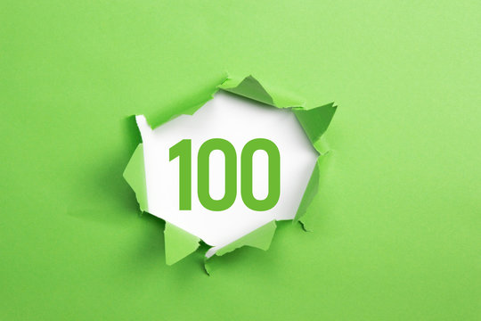 gruene Nummer 100 auf gruenem Papier
