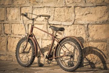Photo sur Aluminium Old rusty bicycle near a brick wall
