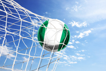 Fussball mit nigerianischer Flagge