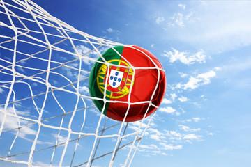 Fussball mit portugiesischer Flagge