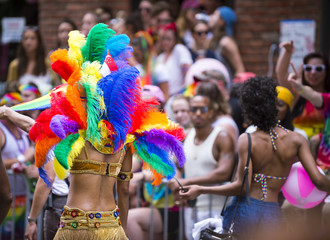 Participant dressed in flamboyant carnival costume participates in annual Pride Parade as it passes through Greenwich Village. Fotomurales