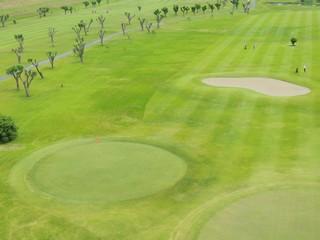 初夏の河川敷のゴルフ場
