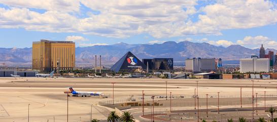 Foto op Aluminium Las Vegas Vegas Strip, 3.8 mile stretch featured with world class hotels and casino in Las Vegas, Nevada