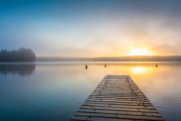Poster Groen blauw Sonnenaufgang am See mit Steg im Nebel