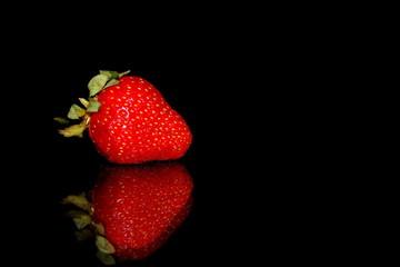 красивая красная клубника на черном фоне с отражением