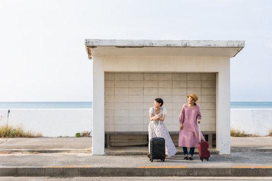 沖縄女子旅行 海の前のバス停