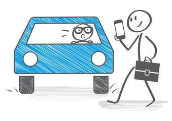 Unachtsamer Fußgänger mit Smartphone überquert Straße und läuft vor Auto